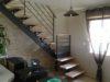 escalier-contemporain-avec-une-porte-scurise-enfant
